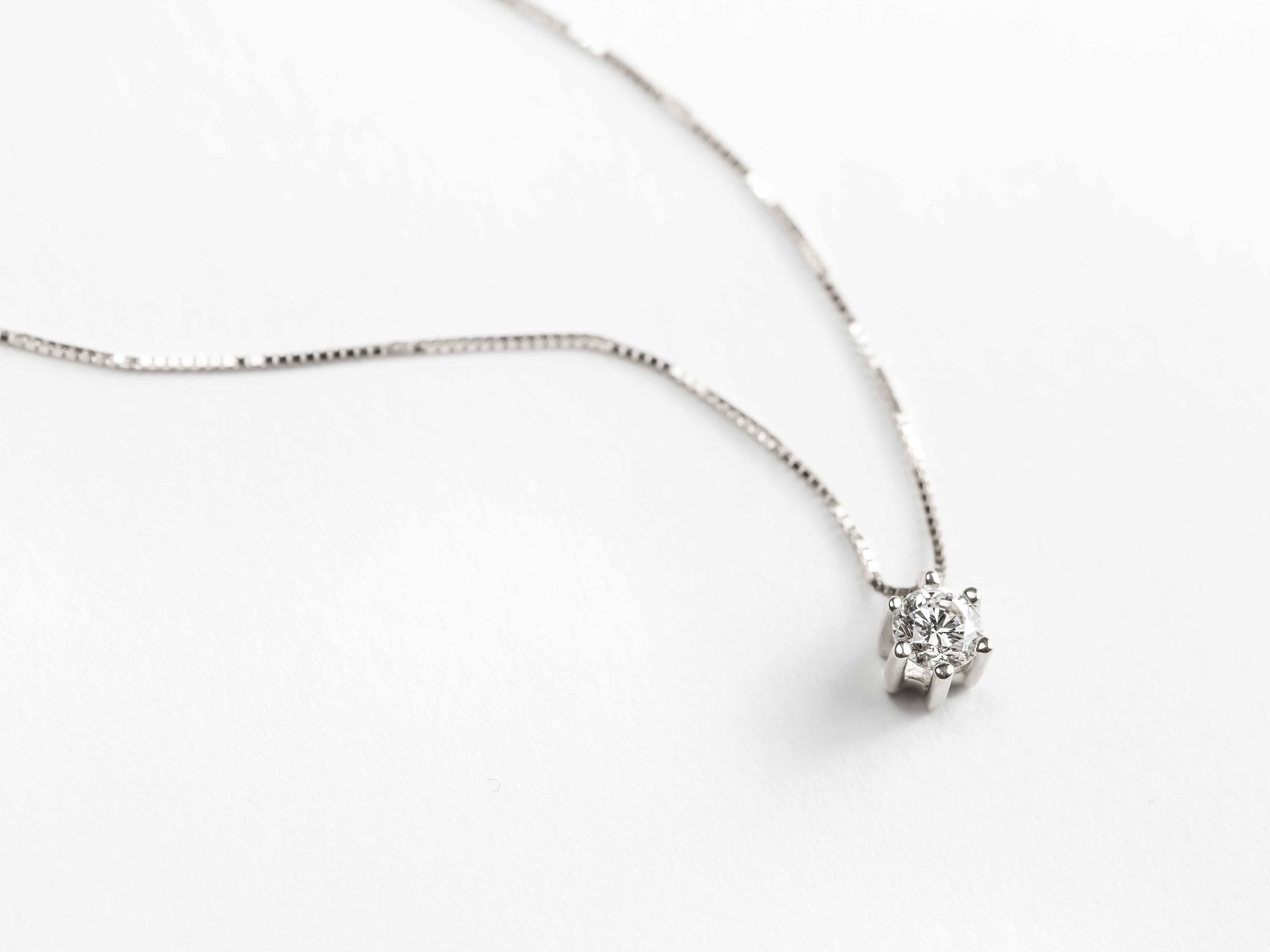 95d443bc6434 Colgante y cadena oro blanco 18 Ktes con diamante 0 08 Qtes - Jose ...