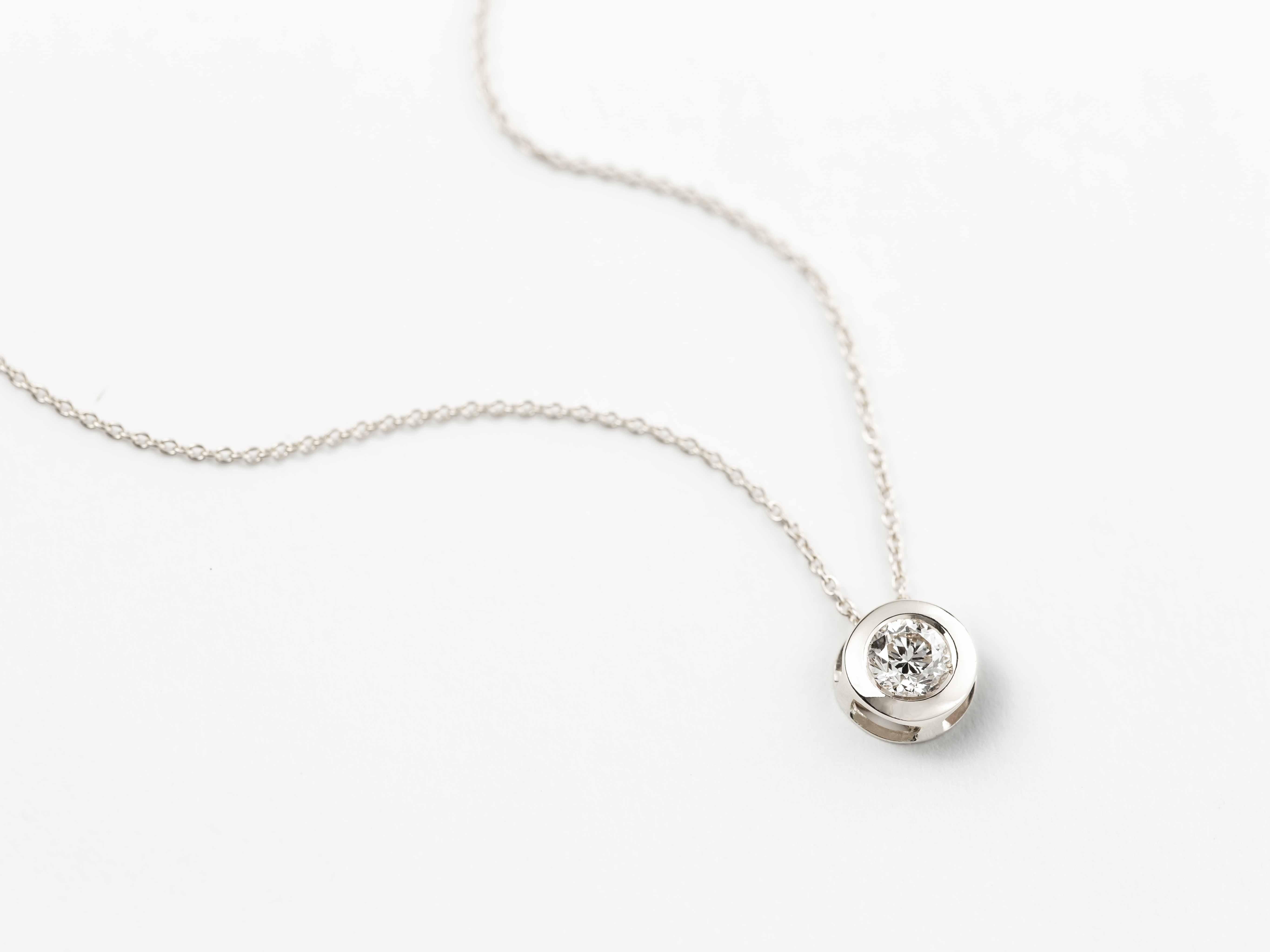 d4a315536b71 Colgante y cadena oro blanco 18 Ktes con diamante 0 08 Qtes - Jose ...